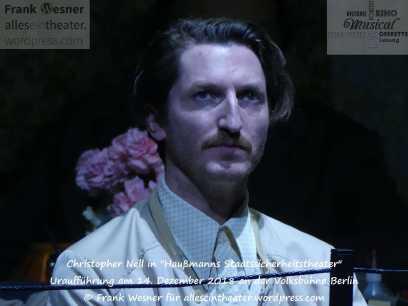 """Christopher Nell in """"Haußmanns Staatssicherheitstheater"""" - Uraufführung am 14. Dezember 2018 an der Volksbühne Berlin © Frank Wesner"""